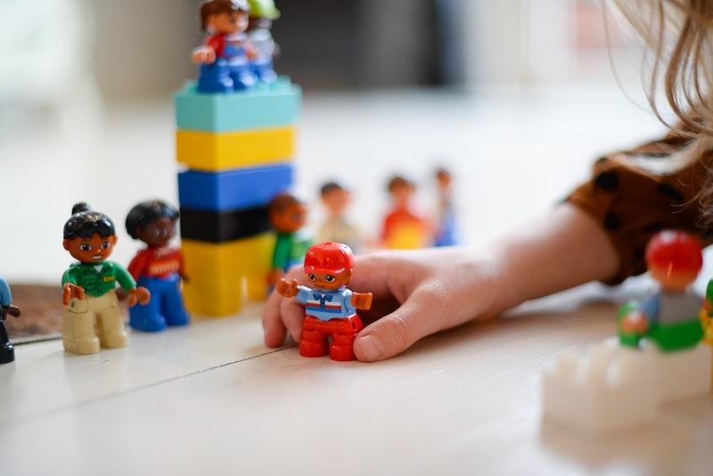 Se reconvertir dans les métiers de la petite enfance