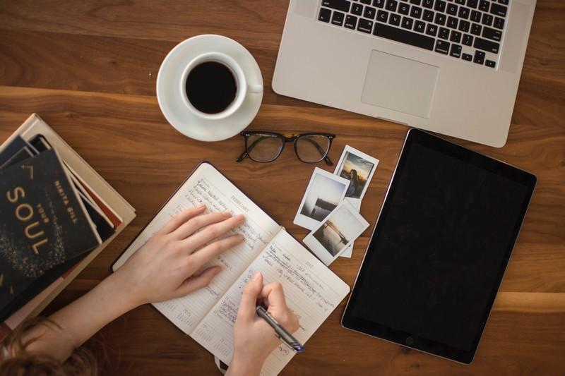 Femme s'abonne à une sélection de newsletters utiles pour sa carrière