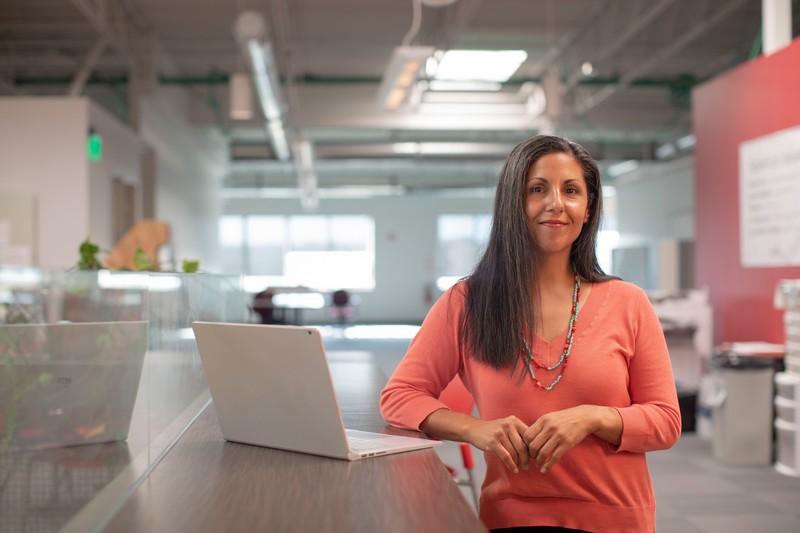 Femme cherche à surmonter ses obstacles psychologiques afin d'opérer un changement durable dans sa carrière