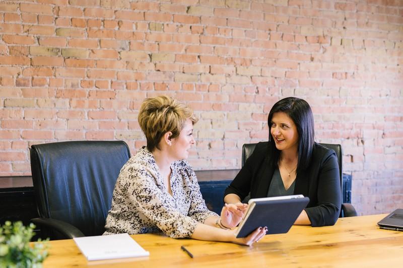 Femme commet une erreur dans le cadre de son travail, et discute avec ses collègues pour reconnaître ses torts