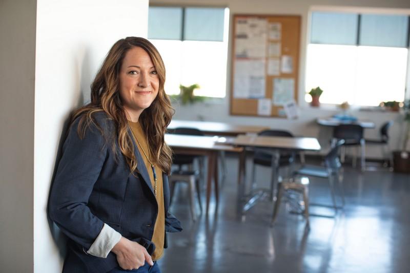 Femme attends une promesse d'embauche dans une entreprise